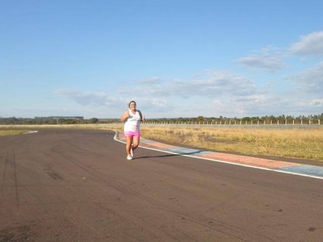 Márcia corre longas distâncias.